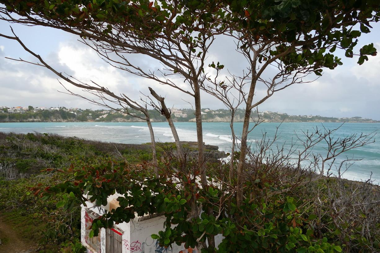 14. L'îlet du Gosier ; la zone de mouillage est fermée par un reef sur lequel se brisent les vagues