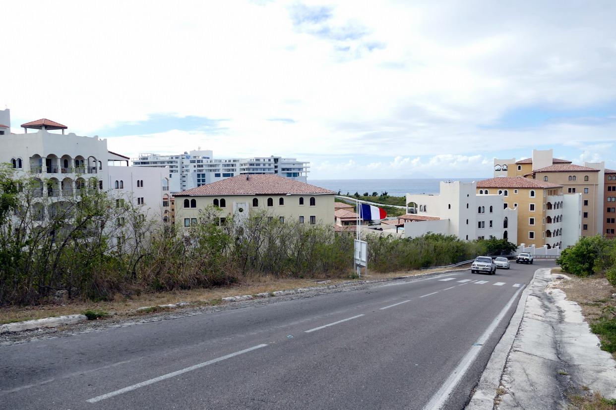 14. Sint Maarten, la frontière du côté de la péninsule des Terres basses, les immeubles poussent comme des champignons