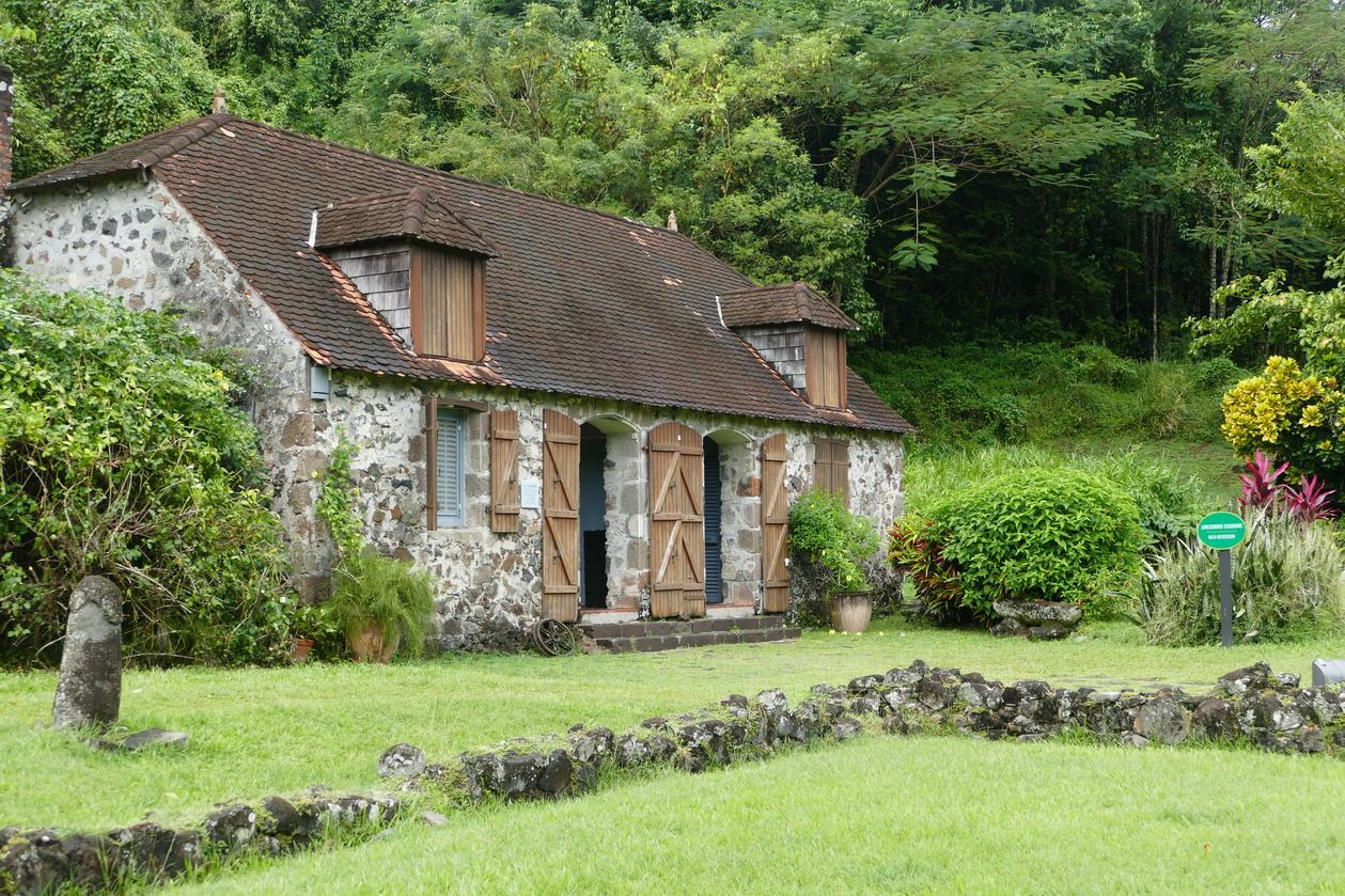 17. La Pagerie, domaine des Tascher ; la maison cyclonée en 1766 (murets en pierre) n'a jamais été reconstruite