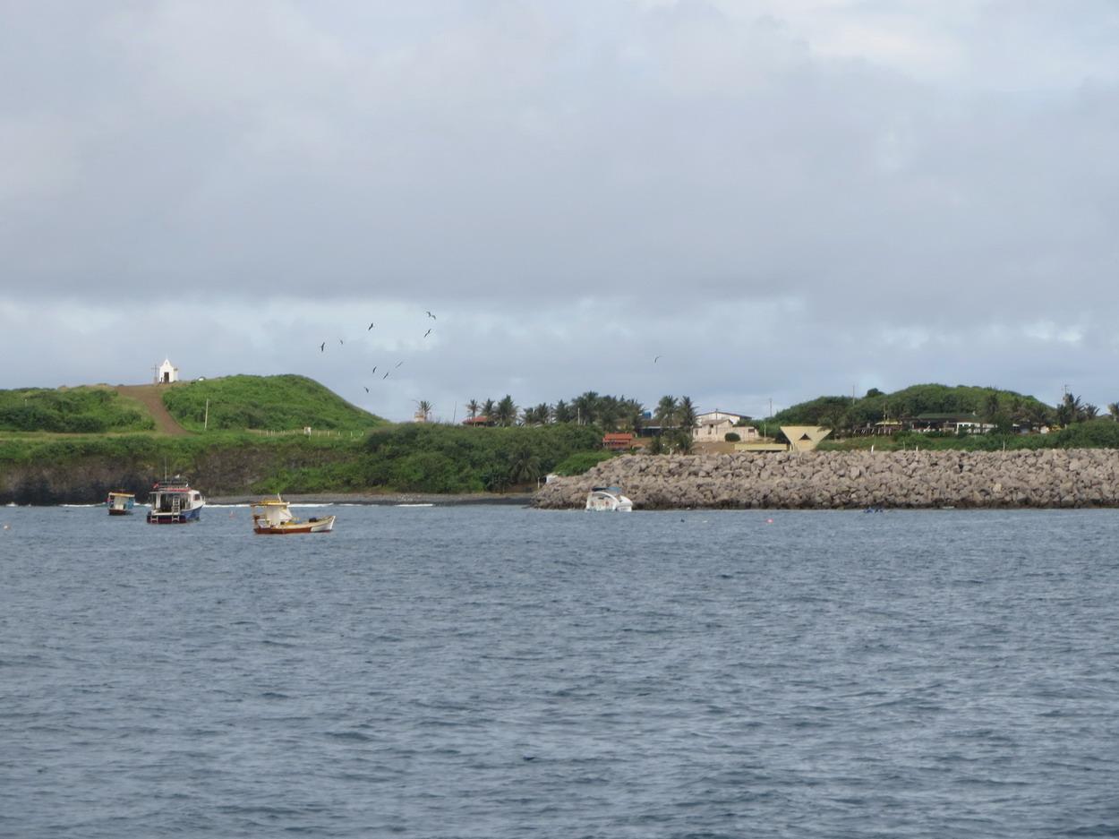 17. La digue, récemment reconstruite, du petit port dévasté par une grosse houle