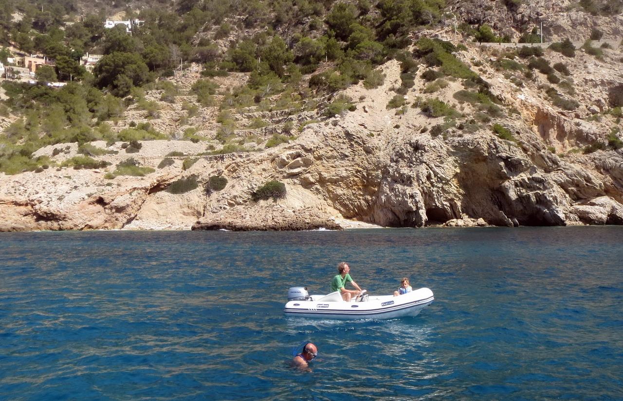 18. Ibiza, cala Longa, l'échelle (non assurée) est tombée à l'eau, il faut se dévouer