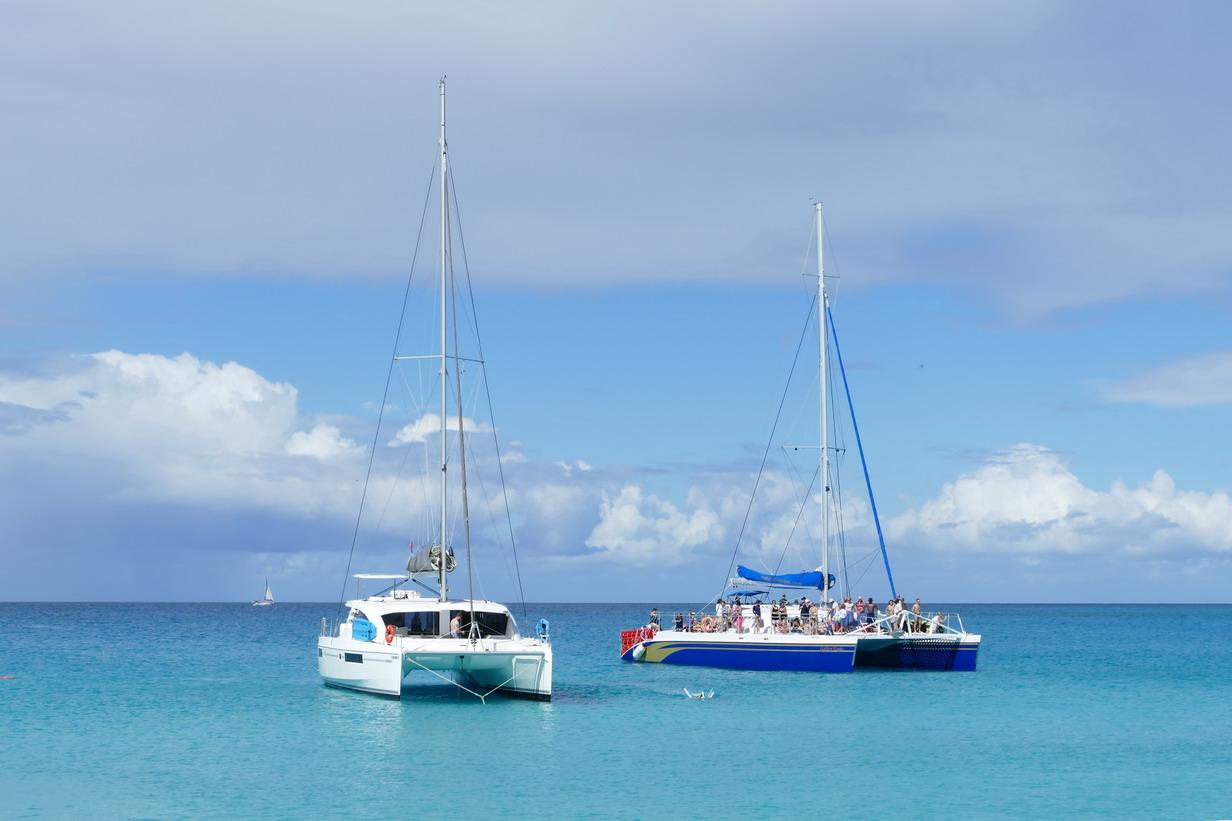 18. Sint Maarten, Maho beach, les plateformes flottantes habituelles, chargées de monde