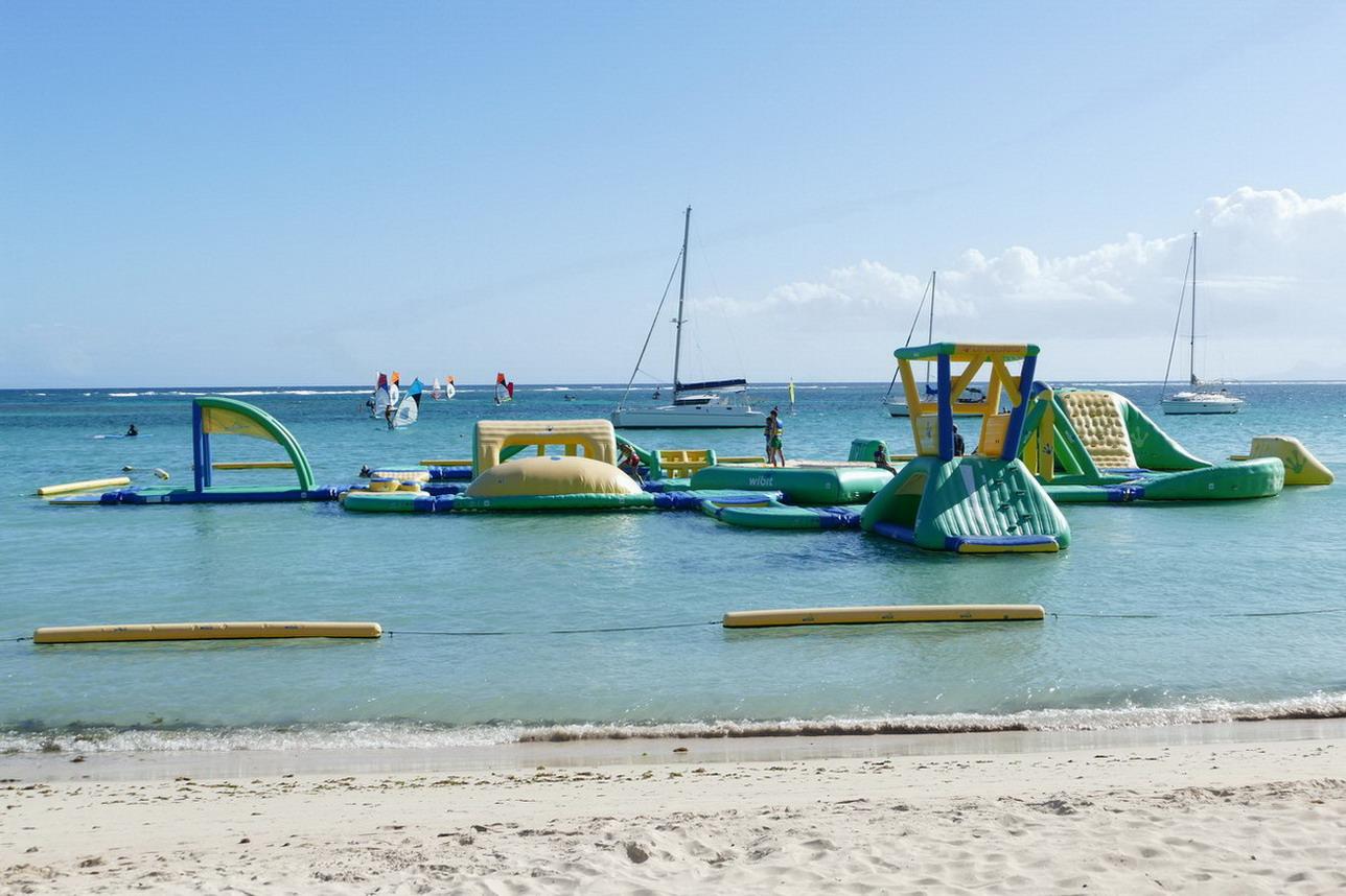 18. Ste Anne, la plage de la Caravelle derrière sa barrière de corail