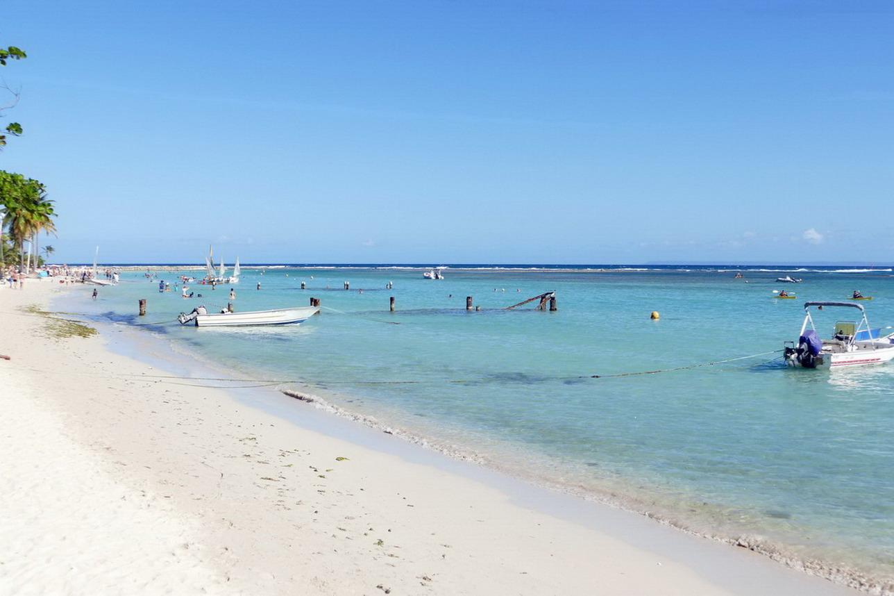 19. Ste Anne, la plage de la Caravelle derrière sa barrière de corail