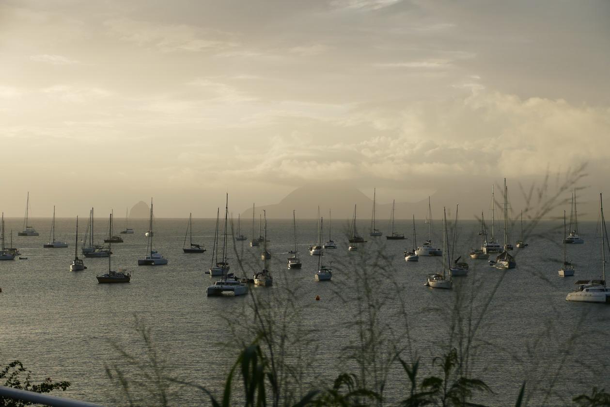 20. La Martinique, le mouillage de Ste Anne ; le rocher du Diamant à l'arrière-plan