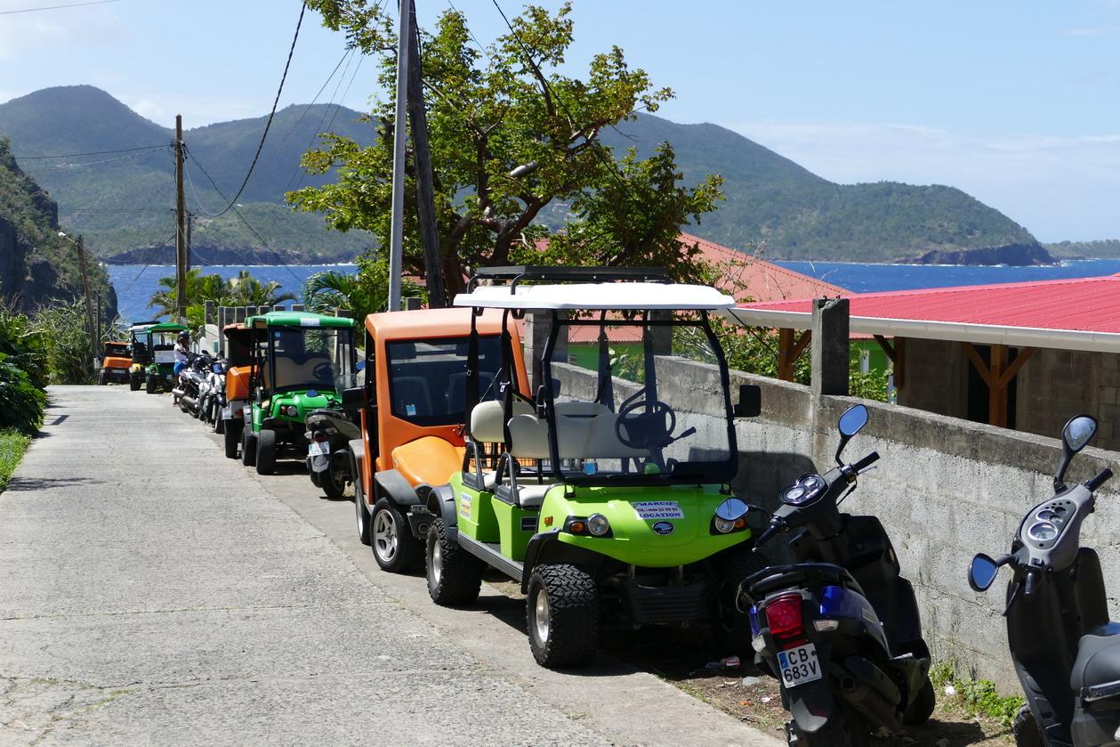 20. L'archipel des Saintes ; au-dessus de la plage du Pain de sucre les petits véhicules électriques nombreux