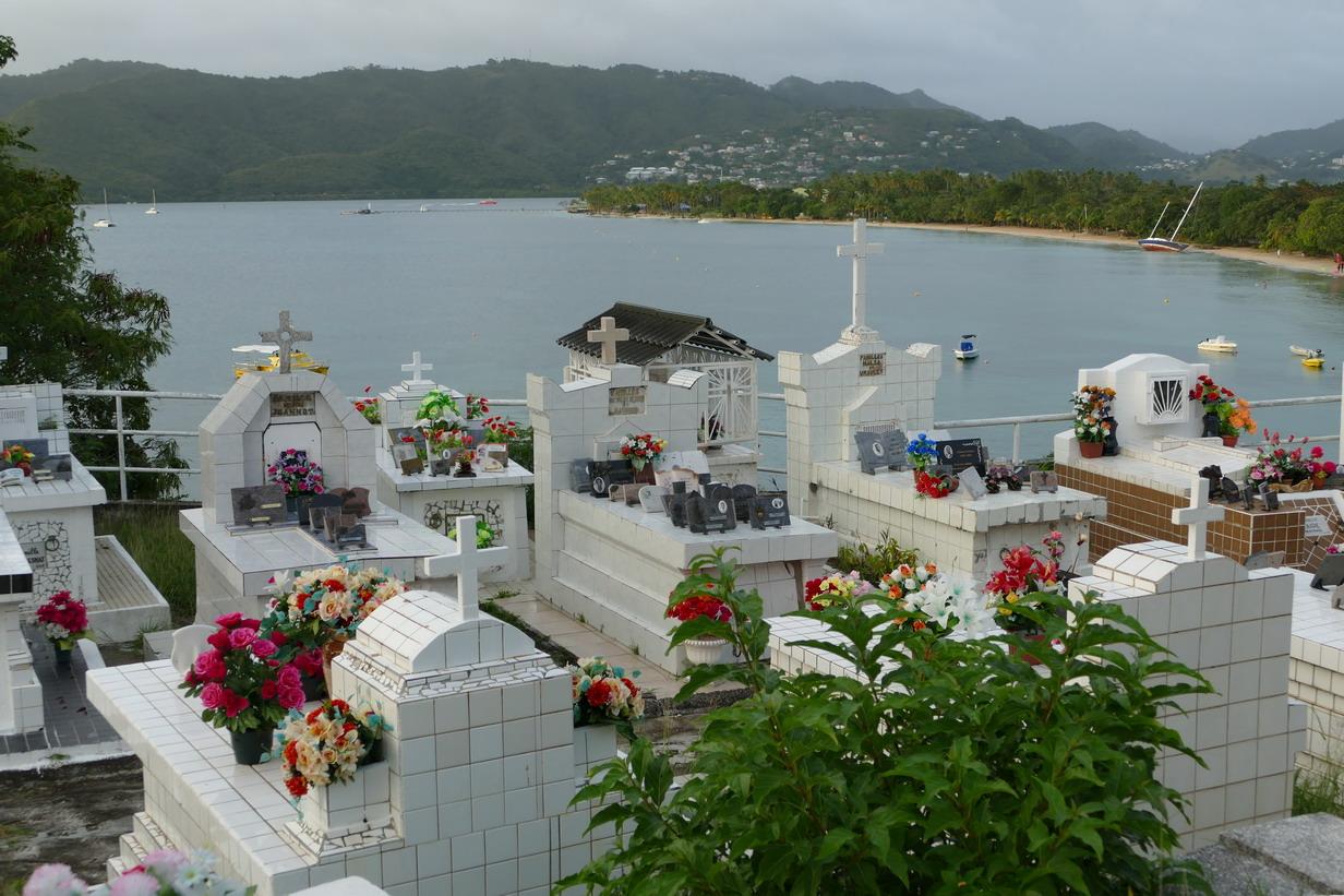 21. La Martinique, Ste Anne, cimetière en bord de mer pour distraire les pensionnaires