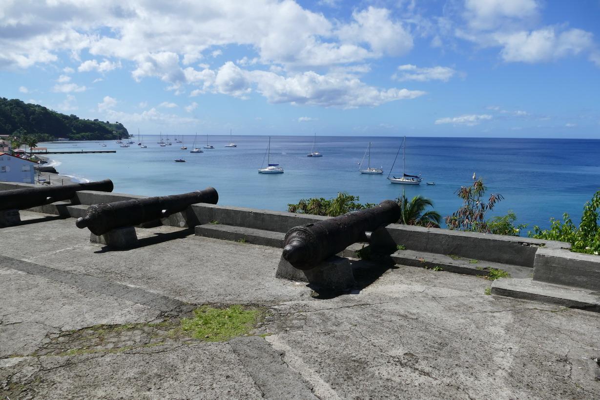 21. Saint-Pierre ; vue du fort construit pour protéger la rade
