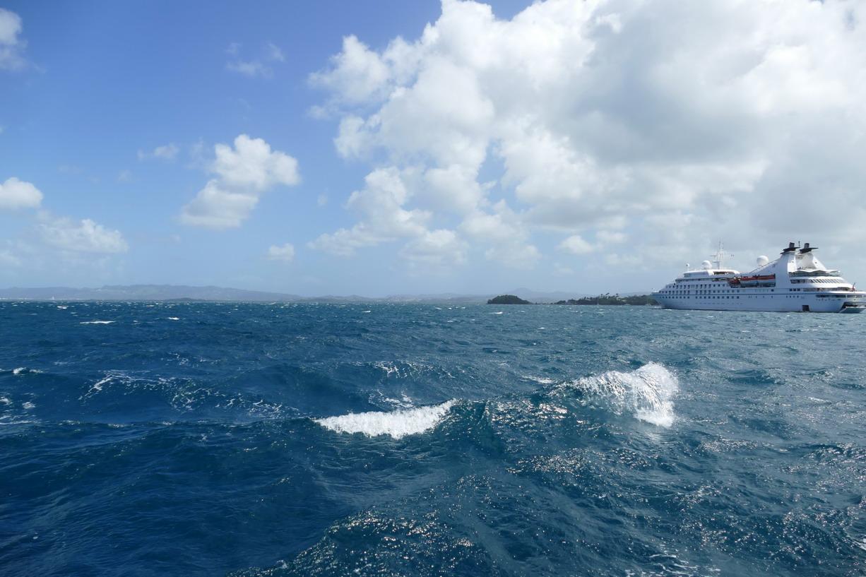 22. La baie de Fort-de-France ; on voit que l'alizé, venant du fond de la baie, y forme des vagues nerveuses