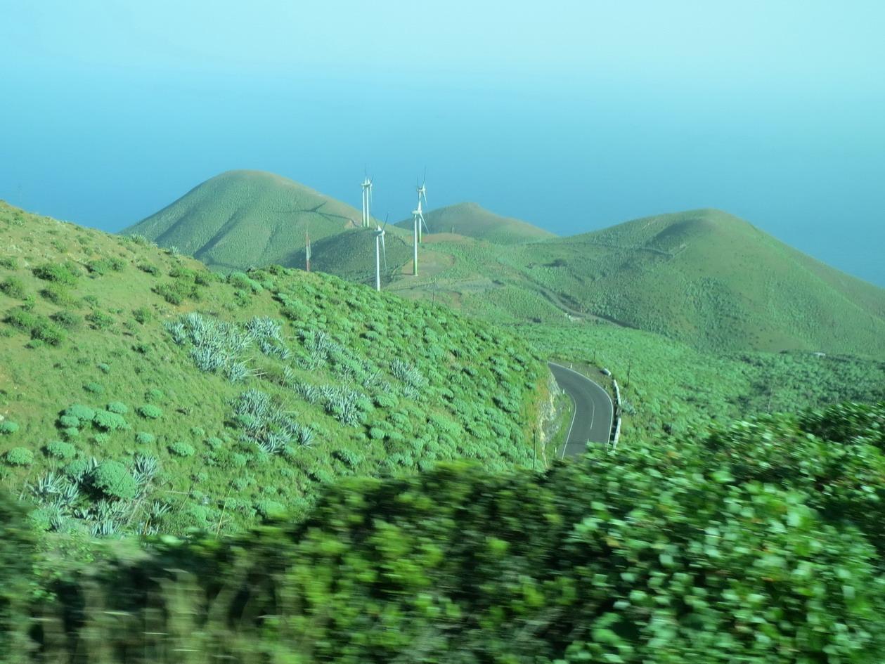 25. Le parc hydro-éolien vu du bus