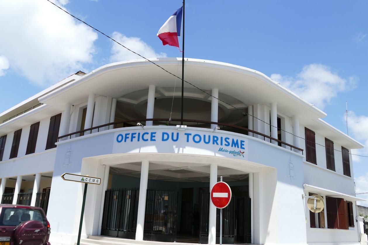 26. Marie-Galante ; Grand-Bourg, les bâtiments communaux donnent toujours dans la démesure