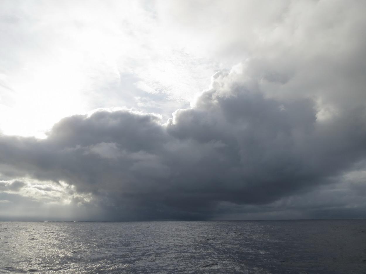 26. Très grosse averse accompagnée de vent, à laquelle nous échapperons
