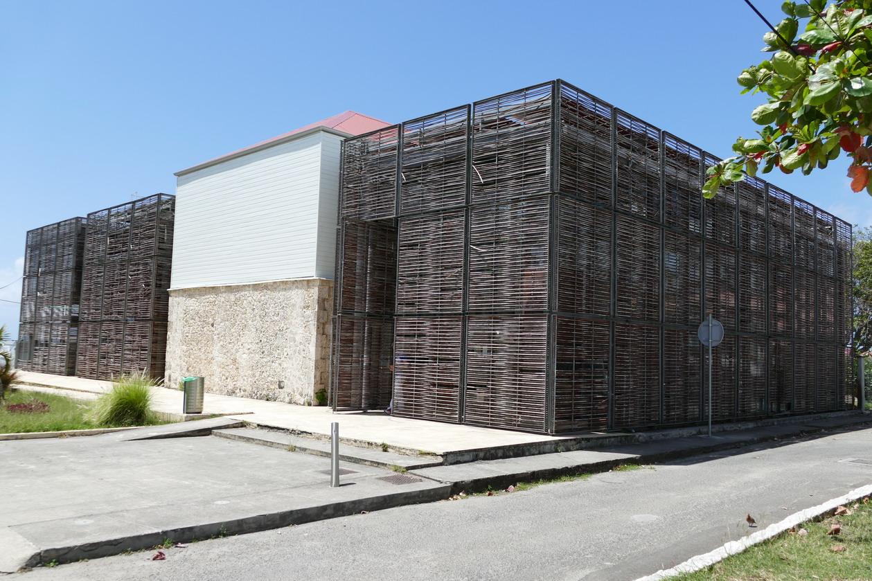 27. Marie-Galante ; Grand-Bourg, le bâtiment de la Comcom, pas vraiment beau, mais protégé des cyclones