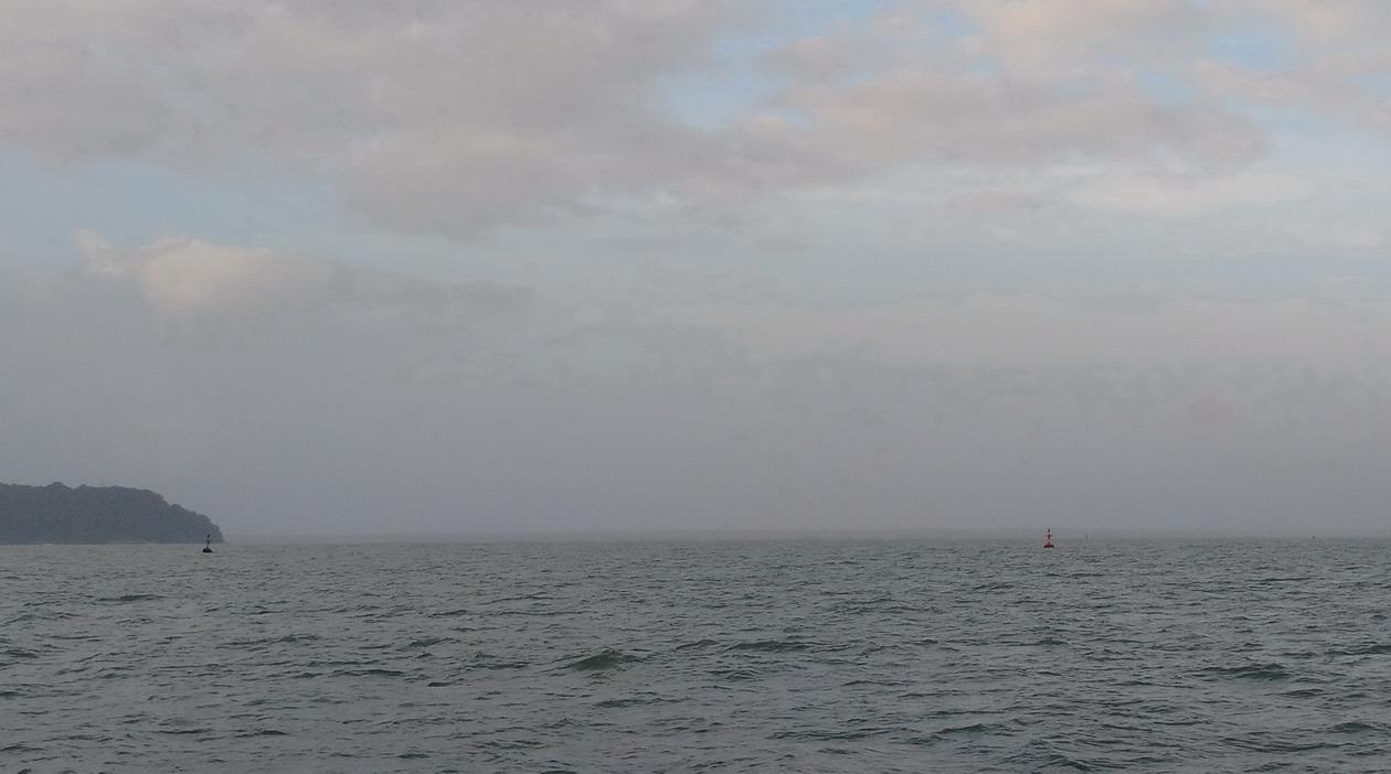3. L'entrée du chenal avec la bouée verte à bâbord et la bouée rouge à tribord