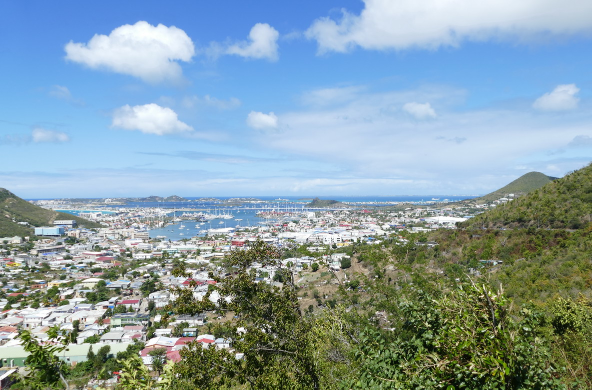 30. Sint Maarten, Philipsburg, au fond Marigot