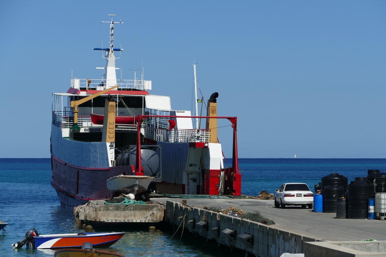 32. Canouan, Charlestown ; justement le ferry est arrivé de St Vincent