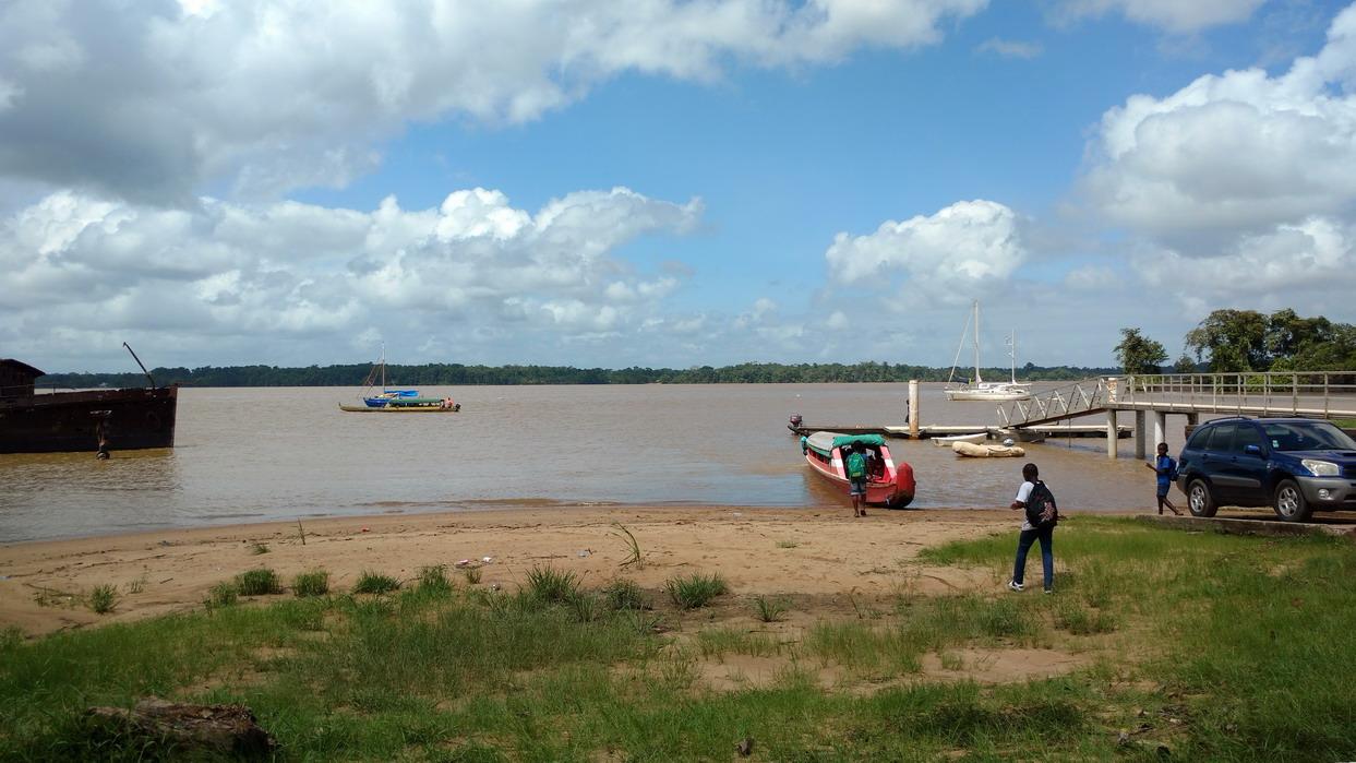 32. Les pirogues ramènent à Albina (Suriname) les enfants scolarisés à St Laurent