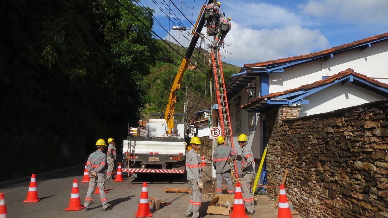 33. Huit ouvriers pour remettre une ligne en état, le Brésil...