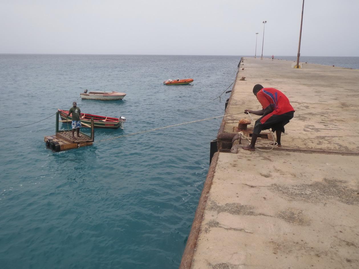 33. On vient à la digue sur le canot rouge, puis sur un ponton flottant – houle oblige !