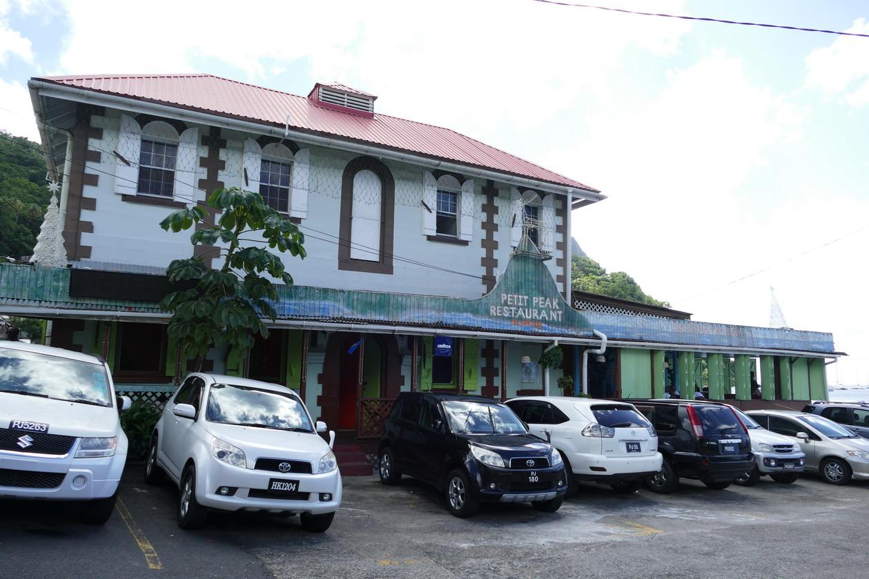 33. Soufriere, le Petit Peak, notre restaurant et station wifi