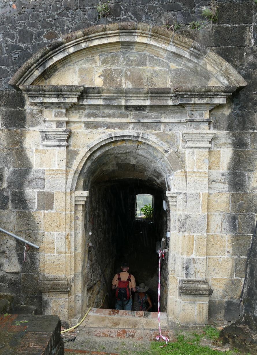 35. Fort-de-France ; le fort Saint-Louis, la porte St Louis