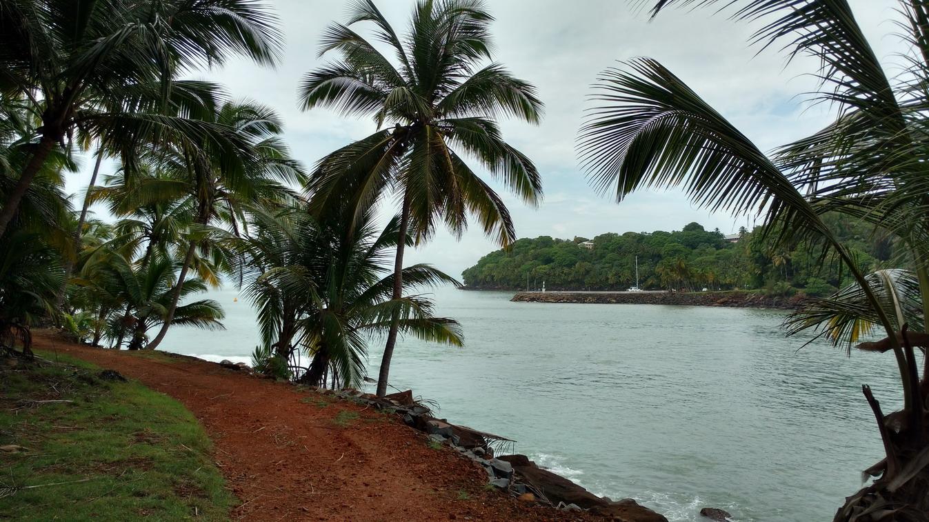 36. Île St Joseph, vue sur l'île Royale