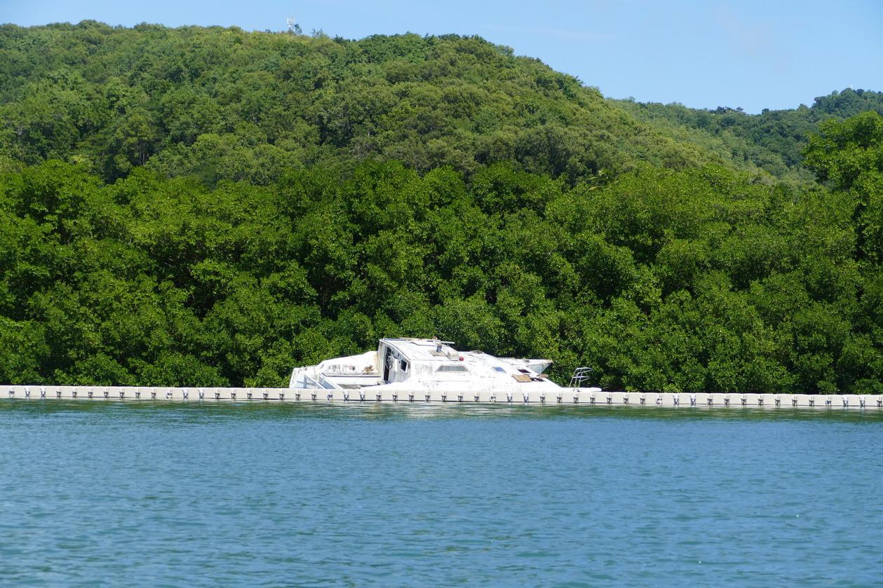 36. La Martinique, le Marin, de nombreuses épaves jonchent la baie ; beaucoup ne sont plus visibles