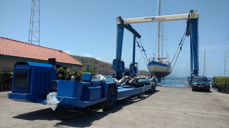 36. Le travellift va transmettre le bébé au gros chariot à moteur