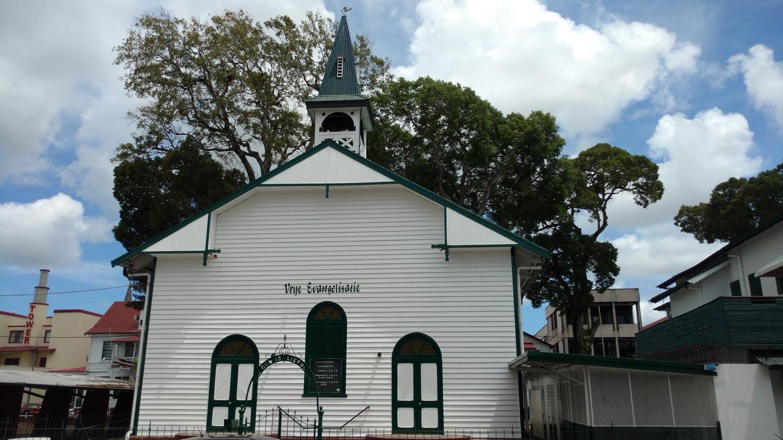 37. Et, un peu plus loin, une petite église luthérienne