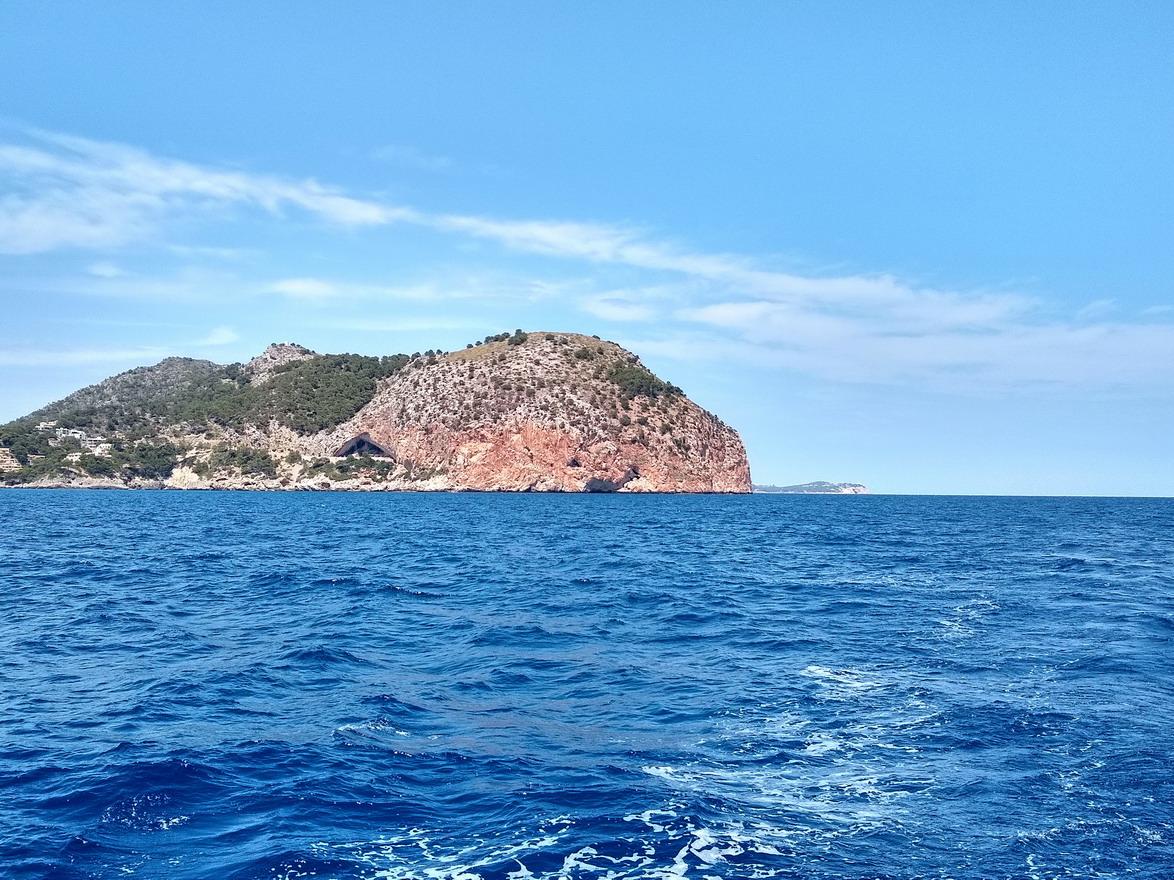 38. Le cap Ferrutx au NE de l'île ; au loin, le cap Formentor
