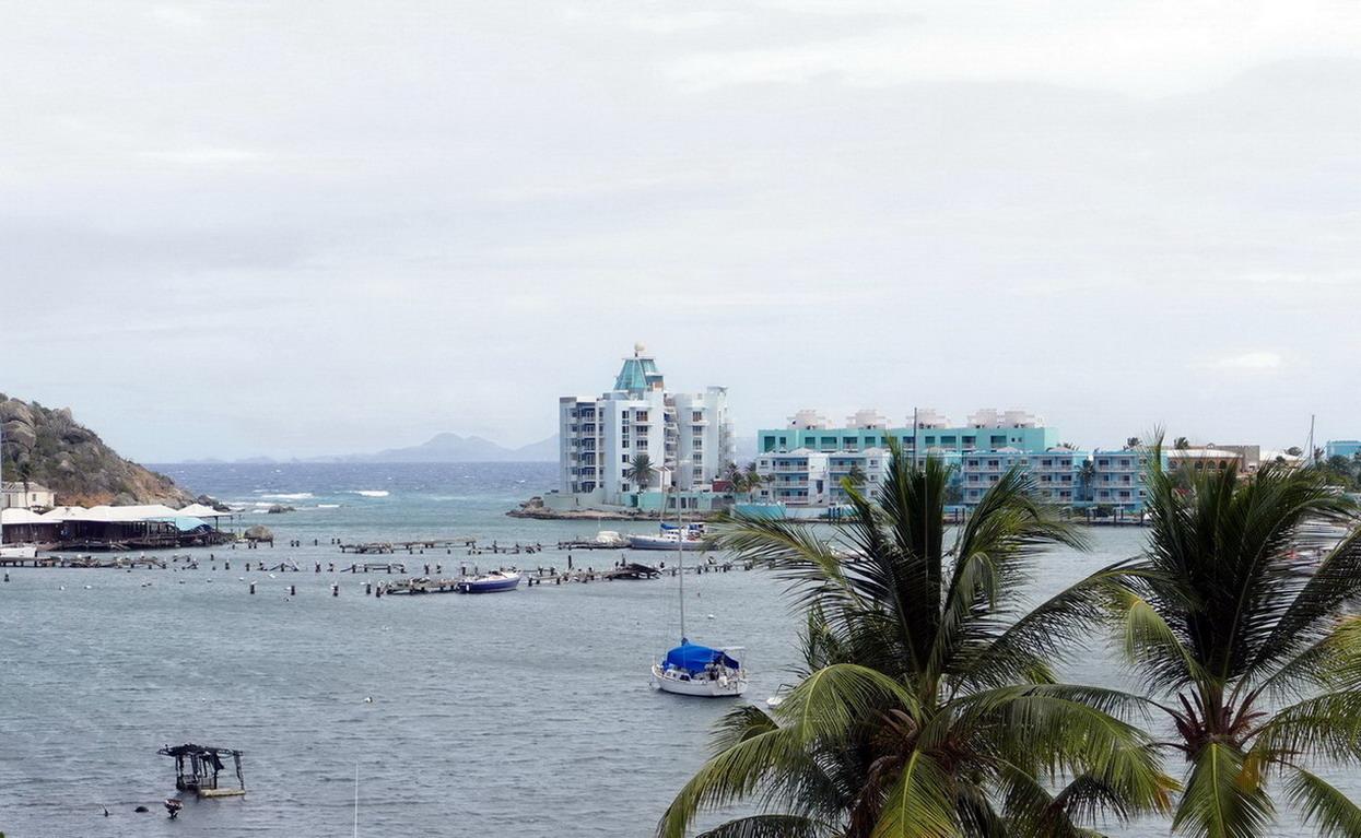 39. Oyster pond sur la côte orientale ; les immeubles sont à Sint Maarten, la marina soufflée par le cyclone est à St Martin