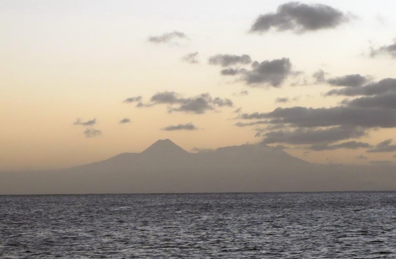 39. Vu de Tarrafal à 40 MN, la silhouette du volcan de Fogo (2829 m), le point culminant des îles du Cap Vert