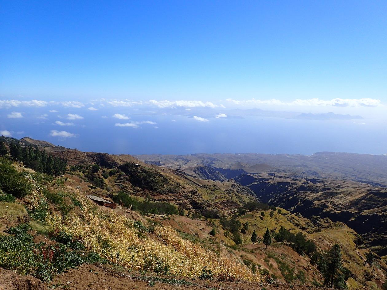 40. En face, l'île de Sao Vicente flotte dans les nuages