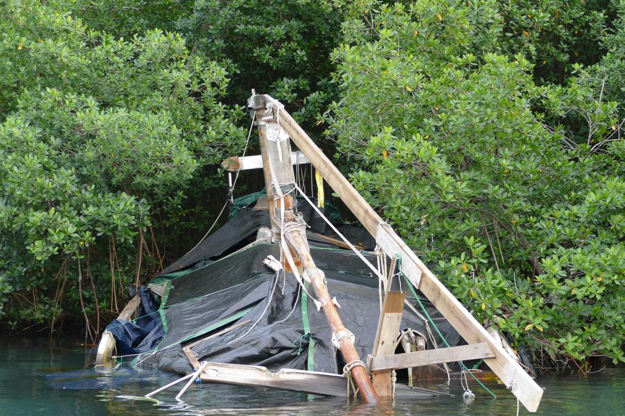 42. La Martinique, le Marin ; reliquats d'un vieux voilier
