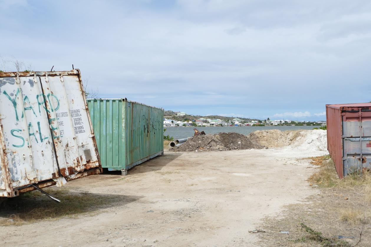 42. St Martin, la côte orientale, beaucoup de destructions ; les conteneurs ont été emportés comme des fétus de paille