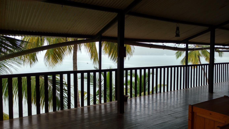 46. Île St Joseph, abri à la Maison de la Légion, il pleut dru