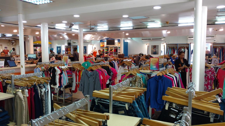 46. Paramaribo, les magasins de vêtements ne sont jamais absents du paysage
