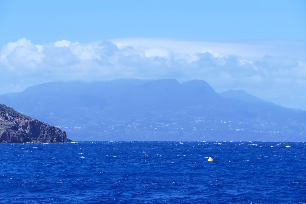 46. Pas toujours commode la passe des Baleines et ses hauts-fonds qui génèrent une grosse houle !