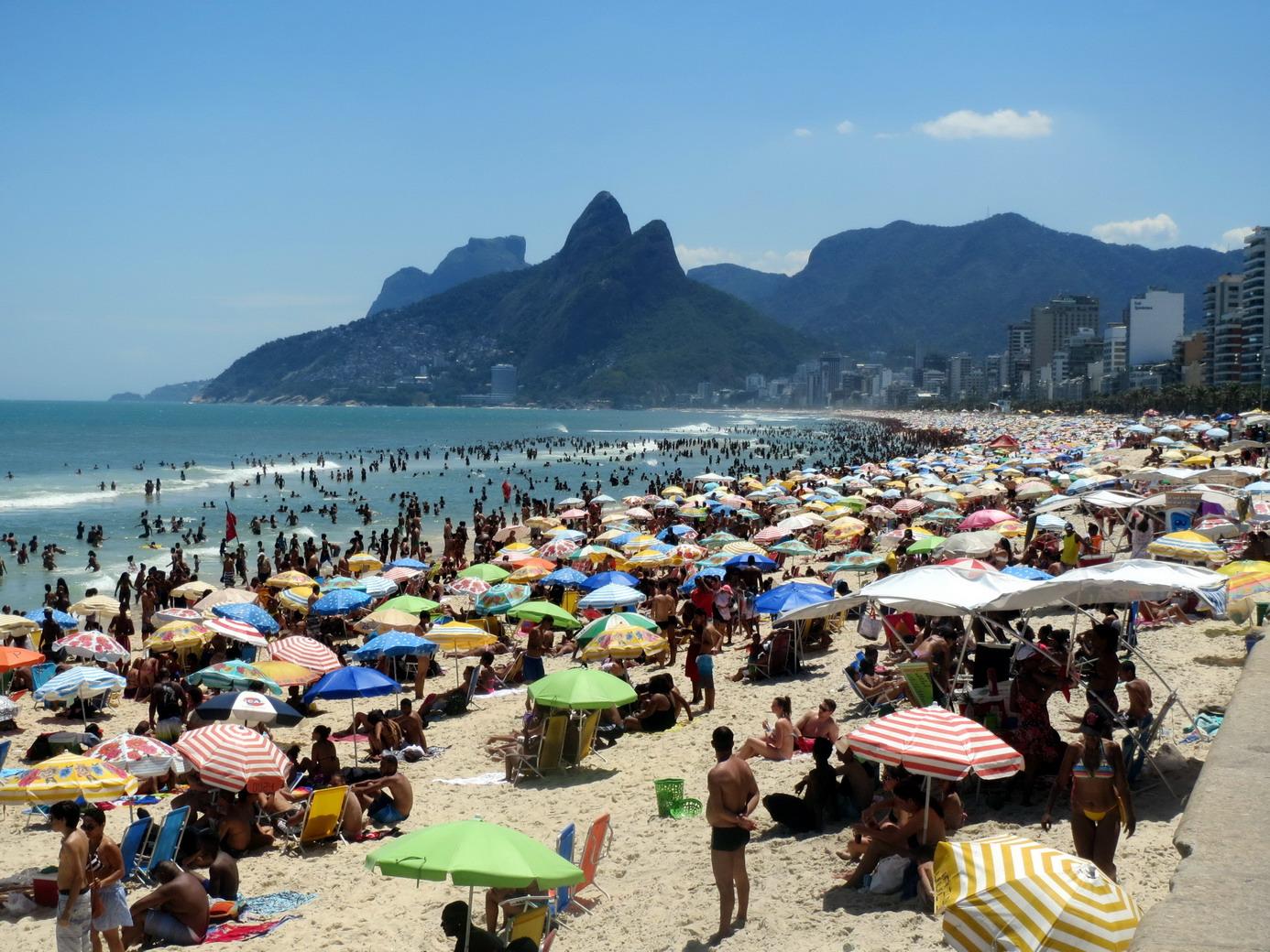 46. Plage d'Ipanema surpeuplée, il fait très chaud, tous les cariocas sont là