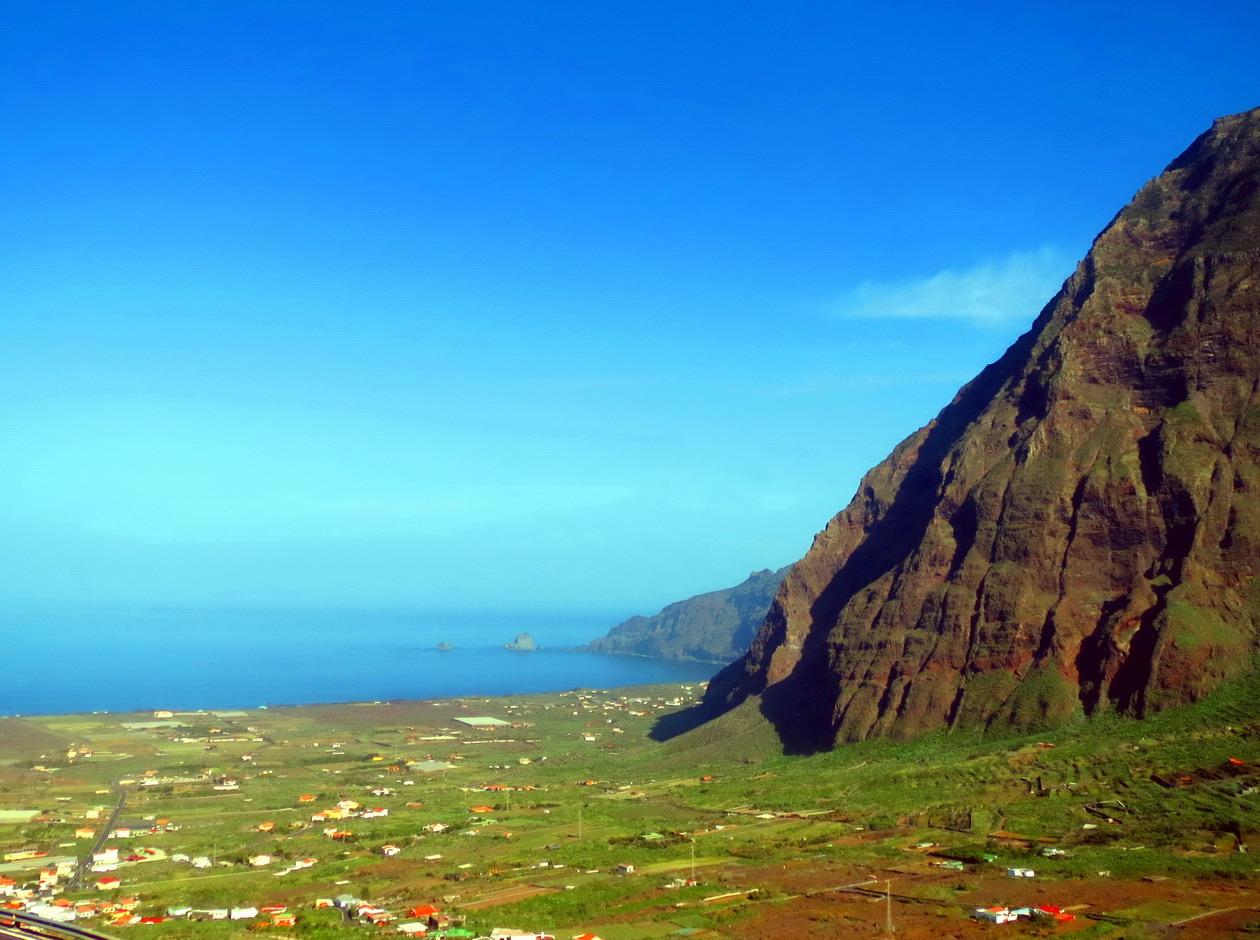 8. La caldera du volcan envahie par l'océan et une paroi de 1400 m