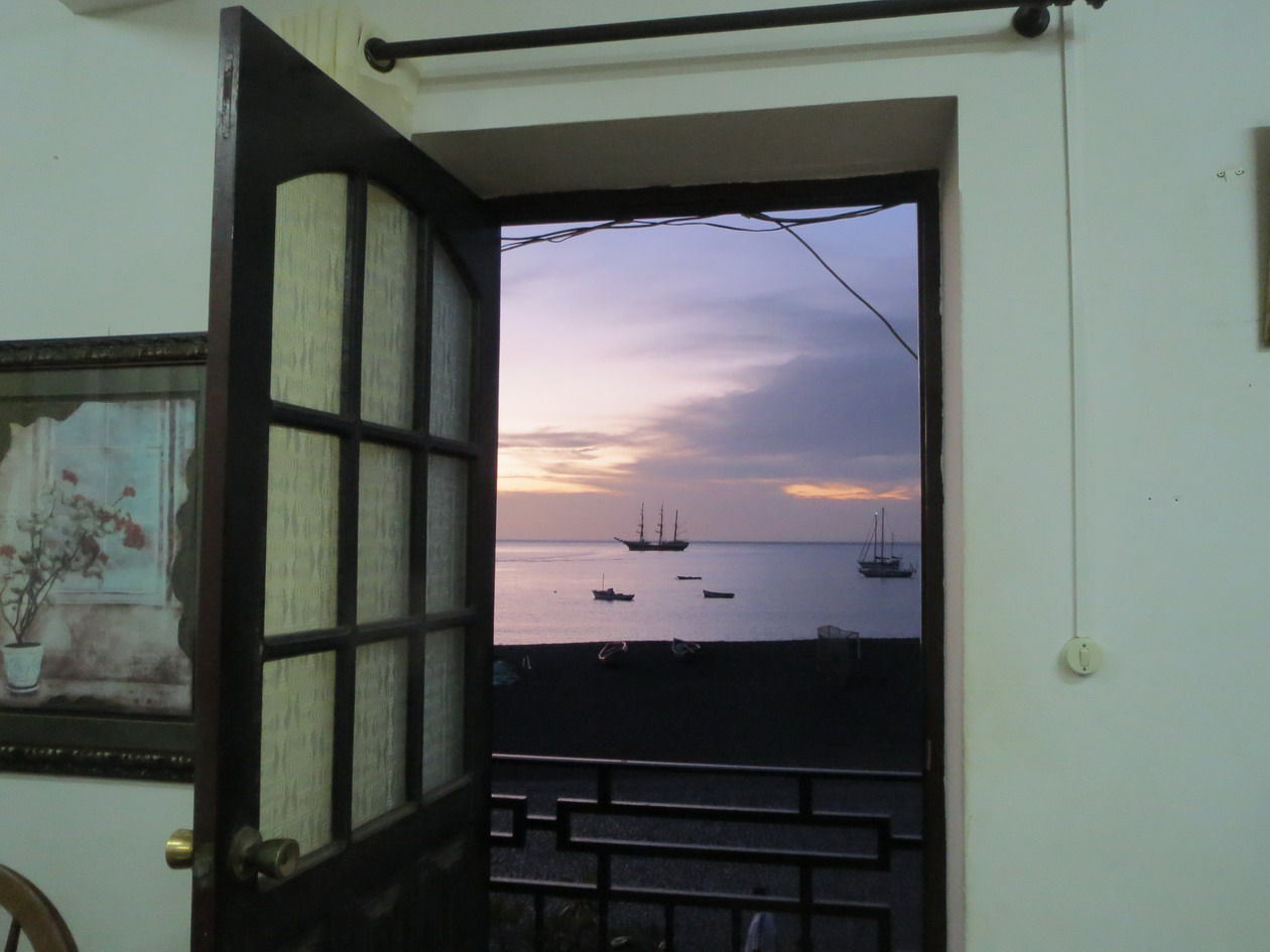 9. Un coin de fenêtre, d'où l'on discerne le feu de mouillage de Mindelo